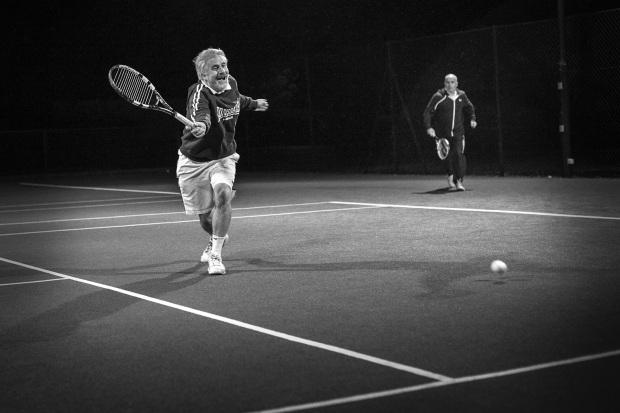 hjorthmedh-tennis-bw-happy